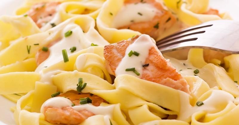 tagliatelles au saumon à la sauce à la crème et au citron