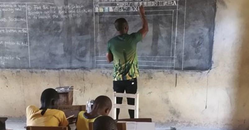 Au Ghana, un professeur a dessiné un logiciel de traitement de texte au tableau pour donner à ses élèves la même chance qu'à ceux qui disposent d'ordinateurs