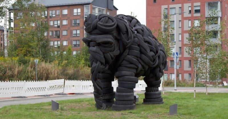 Cette oeuvre représentant un éléphant géant a été conçue avec des pneus usagés