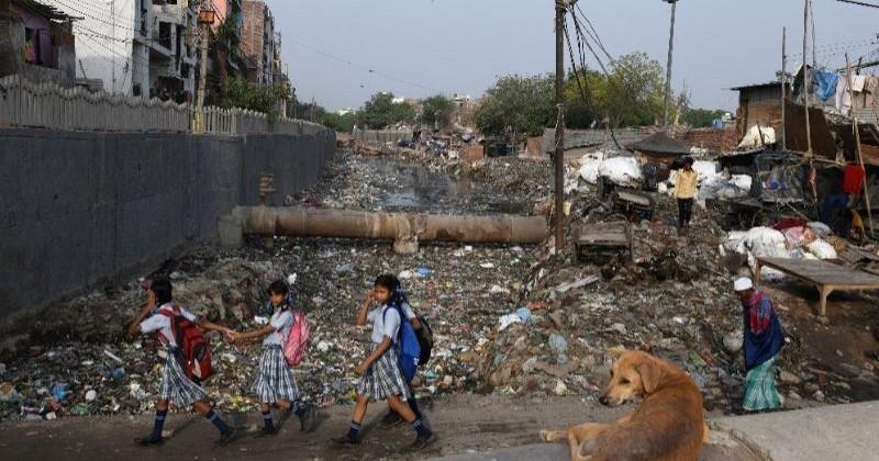 En Inde, les déchets plastiques forment une rivière qui menace la vie des habitants d'un bidonville