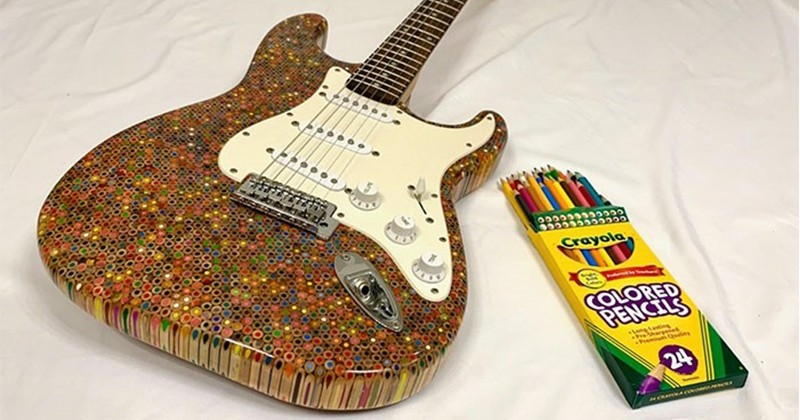 Il crée une super guitare avec 1200 crayons de couleur