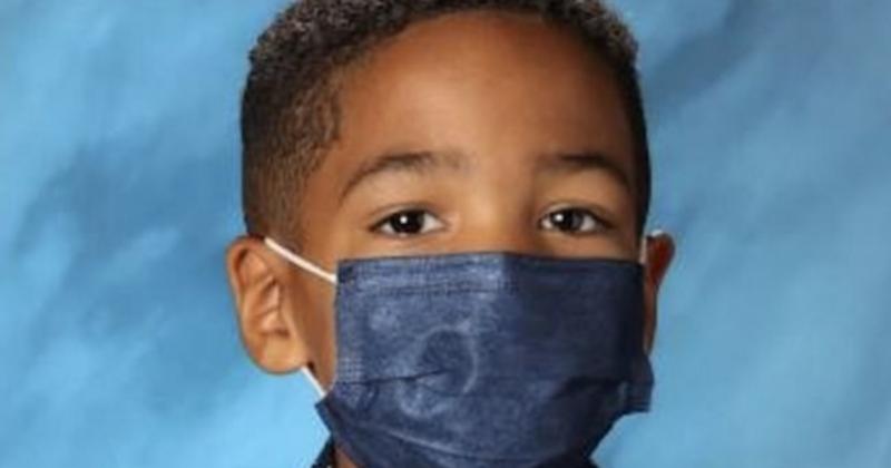 Ce petit garçon refuse de retirer son masque pour la photo de classe, car il tenait à obéir à sa mère