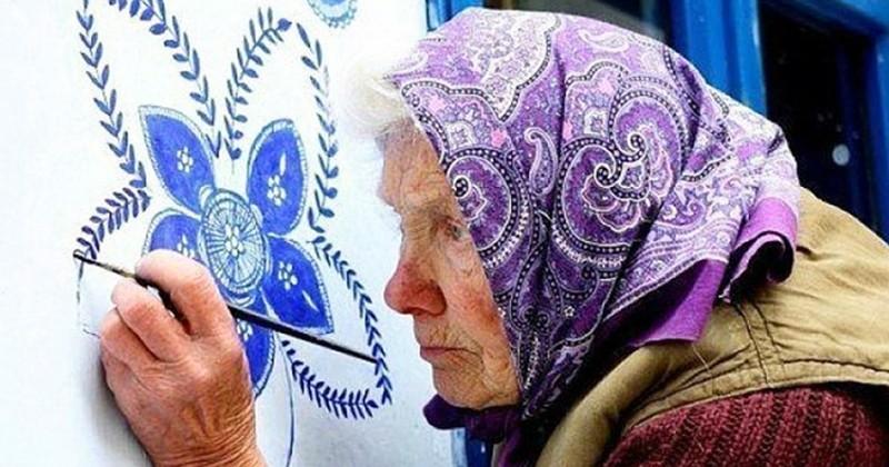 À 90 ans, une grand-mère tchèque peint des fleurs sur les maisons pour créer une galerie d'art