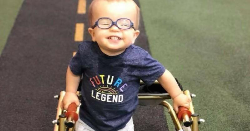 Roman Dinkel, un petit garçon atteint de spina bifida, qui réussit à marcher