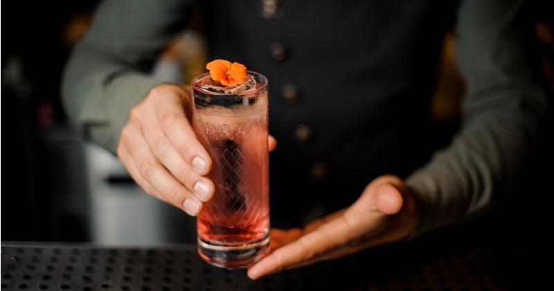 Le cocktail épicé de l'été fait son grand retour, le Ginger fizz au gingembre et sirop de pêche