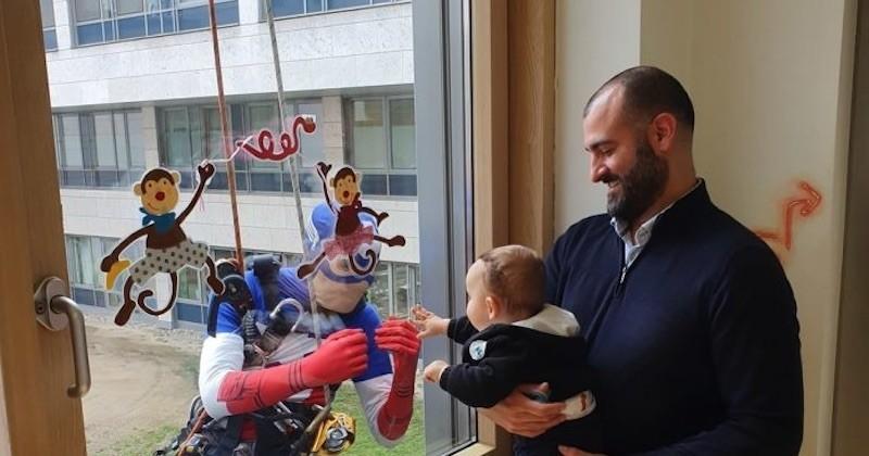 Ces laveurs de vitres se déguisent en super-héros pour amuser les enfants hospitalisés en pédiatrie