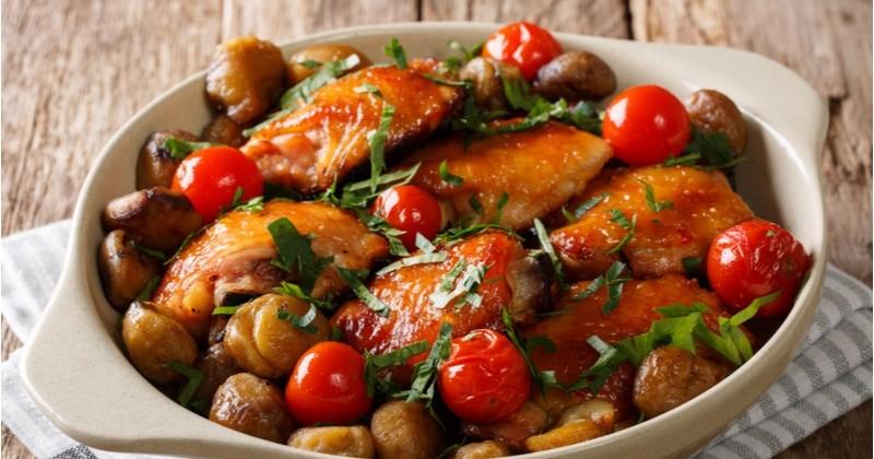 Mijotez des cuisses de poulet aux marrons et aux tomates cerises