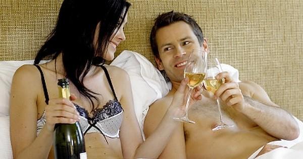 Boire du vin au lit pourrait faire perdre du poids! Des études nous expliquent tout...