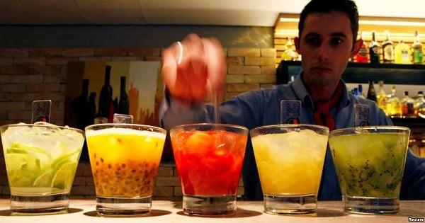 Job de rêve : une entreprise recherche quelqu'un pour voyager dans le monde et... goûter des cocktails
