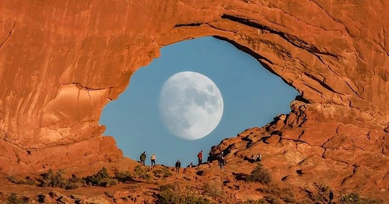 Cette photo magnifique de la lune à travers une formation rocheuse de l'Utah ressemble à un oeil