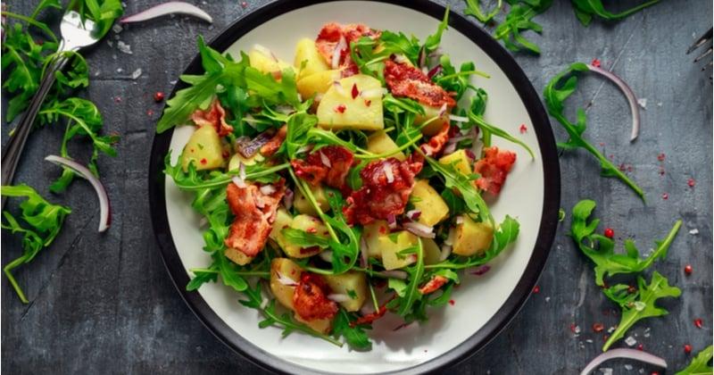 Redonnez vie à vos salades grâce à notre recette aux pommes de terre et au bacon !