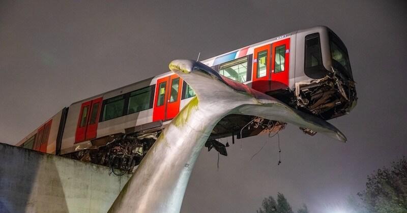 Un métro déraille et manque de tomber dans le vide, sauvé in extremis par une... statue de baleine