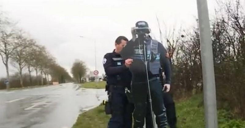 Aux Herbiers, en Vendée, une silhouette de policier incite les automobilistes à lever le pied : il s'agit en fait d'un policier en carton