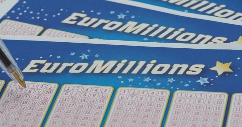 Elle gagne 12 millions d'euros après avoir trouvé un billet d'Euromillions dans la rue