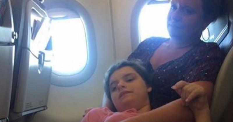Lourdement handicapée, une jeune femme est privée de son fauteuil spécialisé par une compagnie aérienne low-cost, et contrainte de voyager allongée sur sa mère