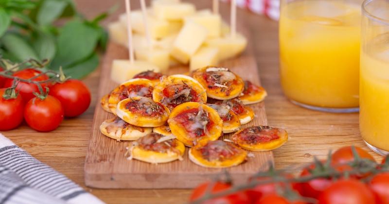 Pour l'apéro, misez sur les mini pizzas maison au basilic et à l'huile d'olive!