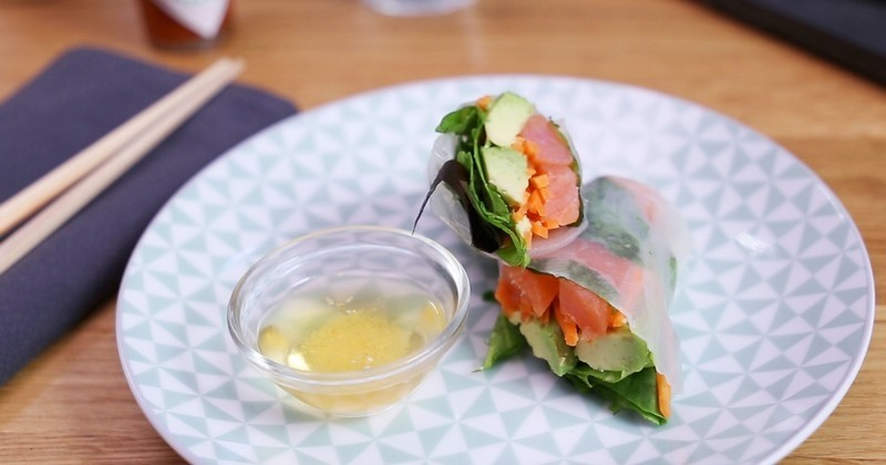 Apportez de la fraîcheur dans votre assiette avec ces délicieux rouleaux de printemps à la menthe, au saumon, à l'avocat et à la sauce TABASCO® Rouge