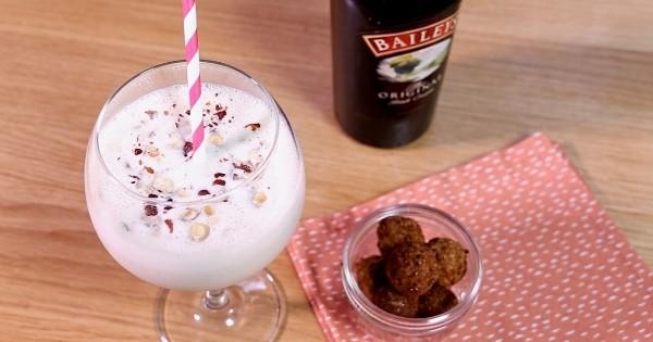 Vous allez adorer ce cocktail «Baileys Fall in Love», accompagné de ses billes croquantes de mozzarella à la noisette