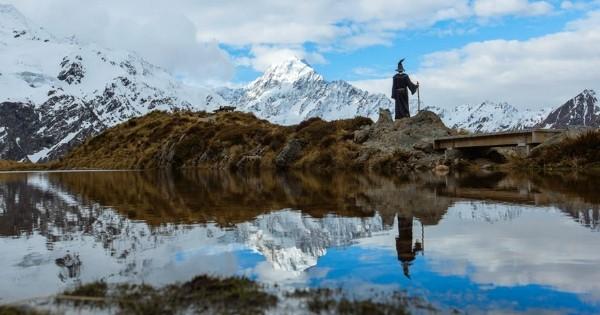 Il parcourt la Nouvelle-Zélande déguisé en Gandalf, le célèbre mage blanc du « Seigneur des Anneaux », et en rapporte des photos extraordinaires