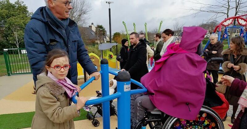 À Vannes, cette aire de jeux inclusive permet aux enfants valides et handicapés de jouer ensemble