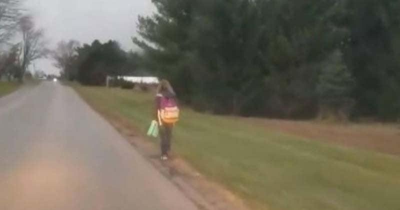 Sa fille exclue du bus scolaire pour avoir tyrannisé un élève, son père la punit en l'obligeant à marcher 8 kilomètres pour aller à l'école