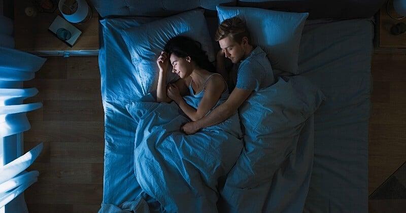 Selon une étude, respirer l'odeur de sa/son partenaire pendant la nuit aide à mieux dormir