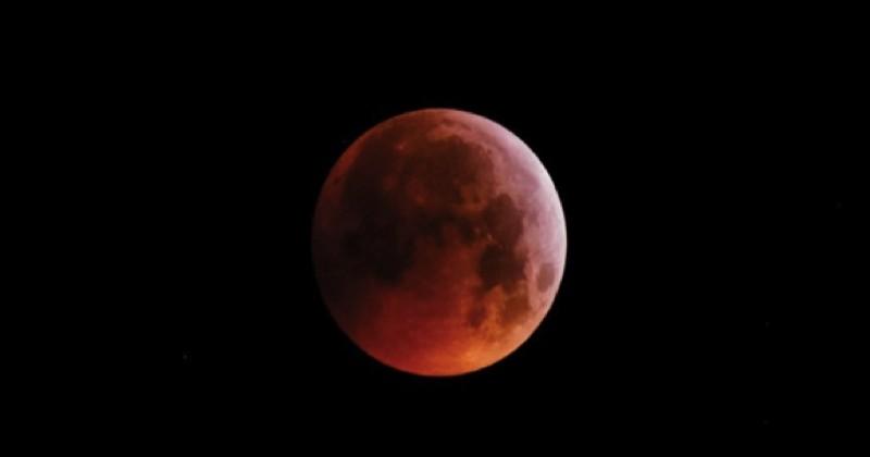 La « super lune de sang », qui a illuminé le ciel ce matin, immortalisée à travers le monde