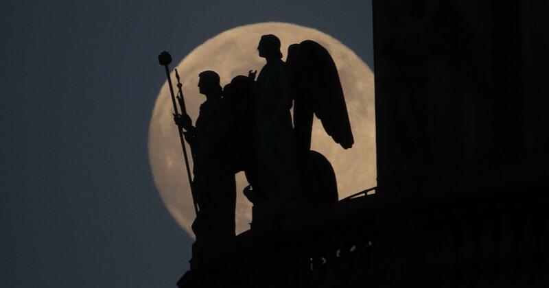 Les photos de la dernière super Lune de l'année sont à couper le souffle