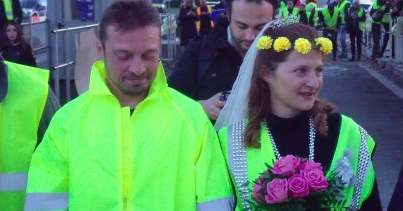 À Tarbes, deux gilets jaunes se marient symboliquement à un barrage filtrant