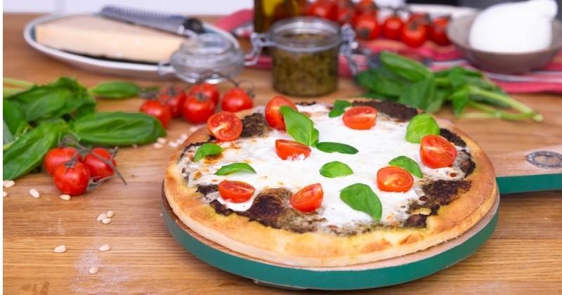 Succombez à la pizza express au pesto et à la mozzarella burrata !