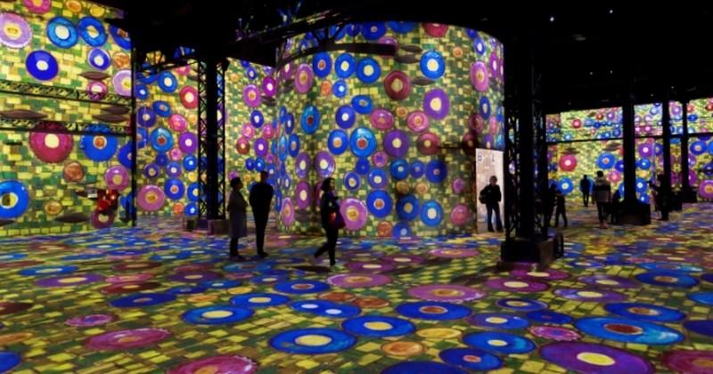 À Paris, l'Atelier des Lumières, nouveau lieu dédié aux expositions numériques immersives vous transporte dans une rêverie hors du temps