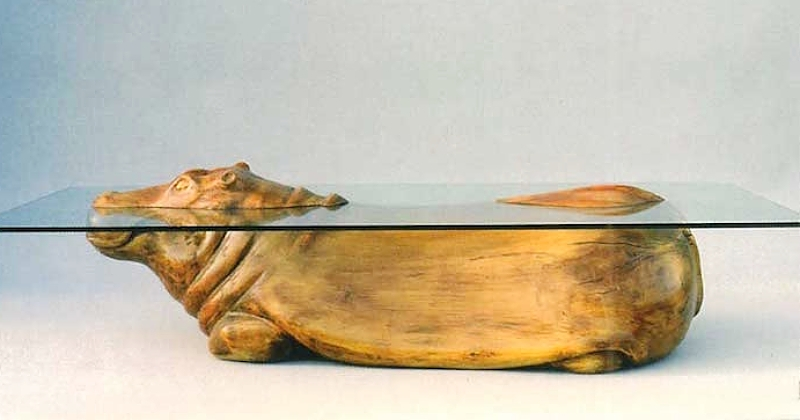 Ces tables basses en bois mettent en scène des animaux qui semblent sortir de l'eau de manière très réaliste