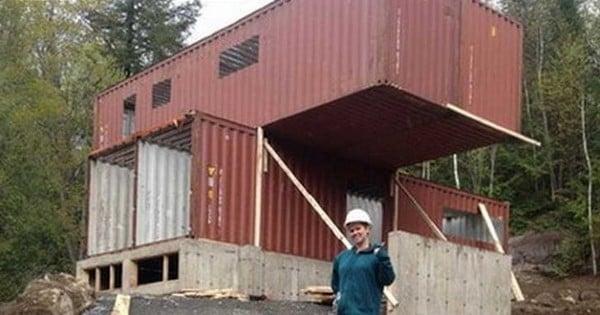 Elle a achet quatre containers m talliques et les a for Construire sa maison container