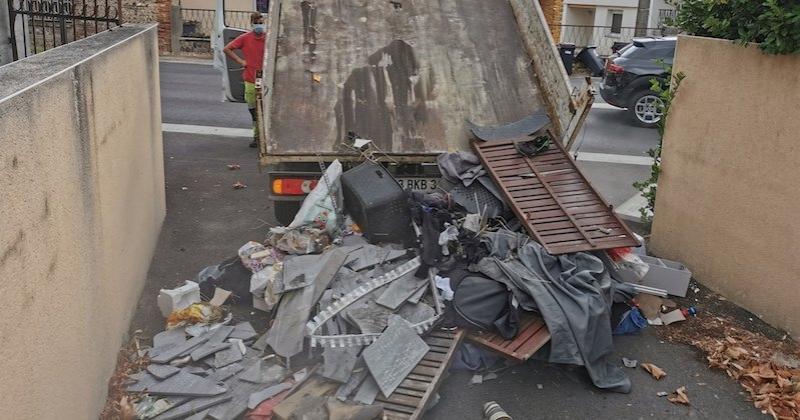 Un maire rapporte les déchets déposés illégalement dans la rue devant le domicile du pollueur