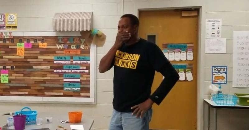 Des élèves de maternelle souhaitent un joyeux anniversaire en langage des signes à leur concierge malentendant