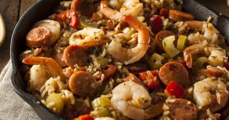 Goûtez le Jambalaya cajun, une spécialité copieuse à base de riz venue tout droit de la Louisiane !