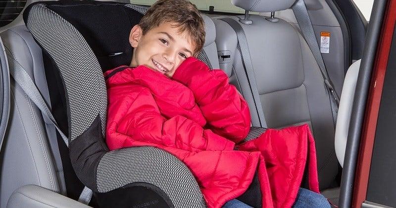 À travers une vidéo pertinente, il explique pourquoi il ne faut jamais installer son enfant dans un siège auto avec son blouson