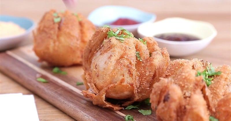 Croustillant, original et parfait pour l'apéro, découvrez la «fleur» d'oignon frite!