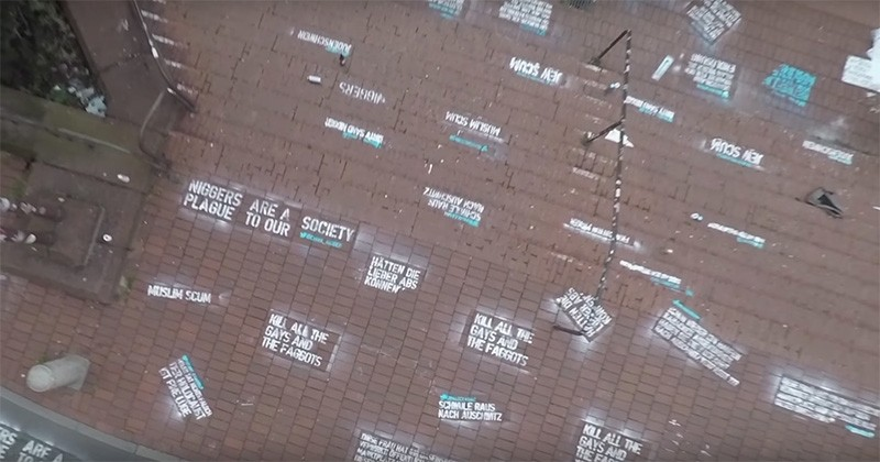Un artiste a tagué des tweets racistes et homophobes devant le siège de Twitter pour dénoncer leur laxisme