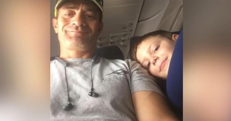 Cet enfant autiste voyage seul avec un mot de sa mère, son compagnon de vol réagit à merveille !