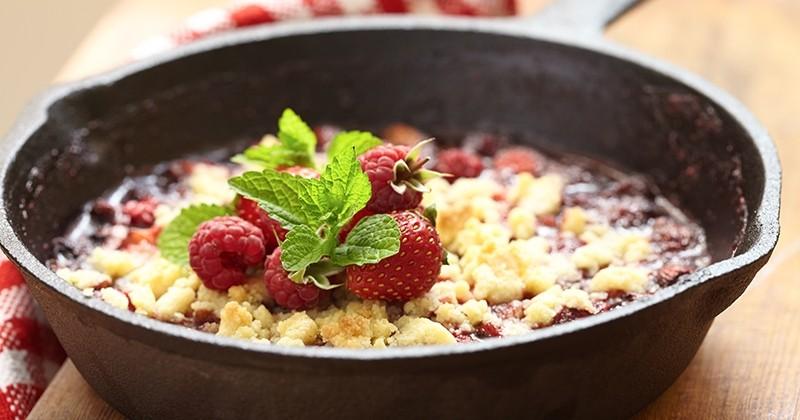 Le crumble fraises et framboises au caramel balsamique, le dessert le plus original de cet été