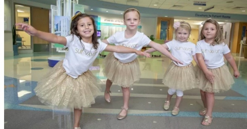 Ces petites filles se retrouvent pour une photo après avoir battu le cancer dans le même hôpital