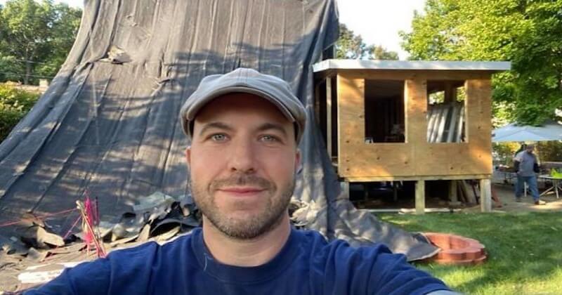 Accompagné d'une équipe de bénévoles, cet électricien rénove gratuitement la maison de sa cliente