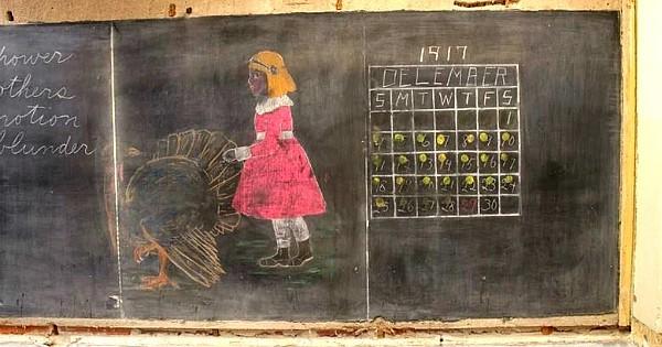 Oubliés dans une école il y a 100 ans, des tableaux de cours retrouvés intacts, livrent leurs plus grands secrets ! Incroyable la technique pour les multiplications...