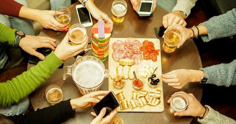 Les Français préféreraient prendre l'apéro plutôt que déguster une entrée ou un dessert, d'après une étude
