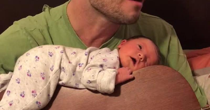 Ben Moseley, le papa qui endort son bébé au son de sa guitare