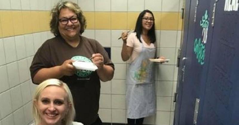 Dans cette école, les professeurs passent leur été à redécorer les toilettes avec des messages positifs et inspirants