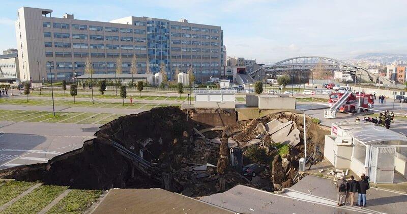 À Naples, le parking d'un hôpital s'effondre et laisse apparaître un énorme trou de 2 000 m²