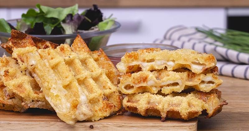 On craque pour la gaufre à la mozzarella, fondante à la panure croustillante!