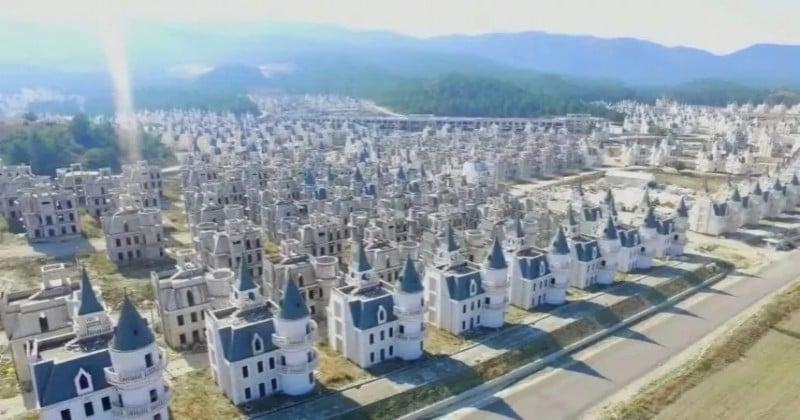 En Turquie, ces centaines de châteaux de luxe abandonnés filmés au drone forment une impressionnante ville-fantôme !
